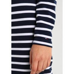 Tommy Jeans TJW BASIC DRESS Sukienka z dżerseju navy blazer/bright white. Niebieskie sukienki z falbanami marki Tommy Jeans, m, z dżerseju. Za 449,00 zł.