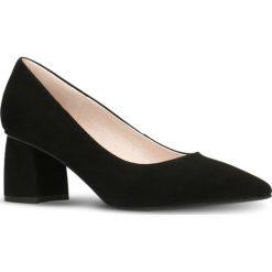 Czółenka AIKO. Czarne buty ślubne damskie marki Gino Rossi, w geometryczne wzory, ze skóry, na słupku. Za 299,90 zł.