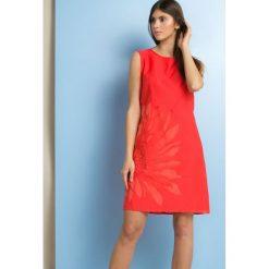 Sukienki: Sukienka z subtelnym kwiatem