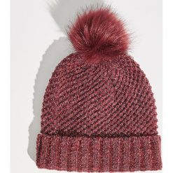 Czapka z połyskującym zdobieniem - Bordowy. Czerwone czapki zimowe damskie marki Sinsay. Za 24,99 zł.