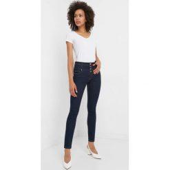 Jeansy skinny z wysokim stanem. Niebieskie jeansy damskie marki Orsay, z bawełny, z podwyższonym stanem. Za 149,99 zł.