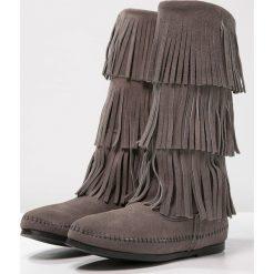 Minnetonka Kowbojki i Buty motocyklowe grey. Szare buty zimowe damskie Minnetonka, z materiału. W wyprzedaży za 585,65 zł.