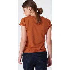 NA-KD Basic T-shirt z surowym wykończeniem - Orange. Zielone t-shirty damskie marki Emilie Briting x NA-KD, l. W wyprzedaży za 37,07 zł.
