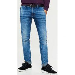 Jeansy SLIM z paskiem - Niebieski. Niebieskie jeansy męskie slim marki bonprix. Za 149,99 zł.