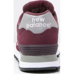 New Balance M574 Tenisówki i Trampki burgundy. Czerwone tenisówki damskie New Balance, z materiału. W wyprzedaży za 251,40 zł.