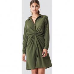NA-KD Sukienka koszulowa z detalem - Green. Zielone sukienki na komunię marki NA-KD, z materiału, z koszulowym kołnierzykiem, midi, koszulowe. Za 141,95 zł.