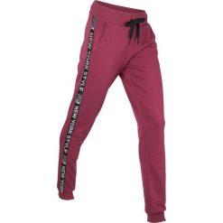Spodnie dresowe, długie, Level 1 bonprix czerwony rododendron. Fioletowe spodnie dresowe damskie bonprix, z dresówki. Za 74,99 zł.