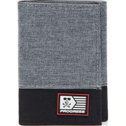 Portfele męskie: Materiałowy portfel z naszywką – Szary