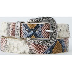Pasek z kolorowym wężowym wzorem. Brązowe paski damskie Pull&Bear, w kolorowe wzory. Za 39,90 zł.