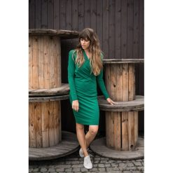 Sukienka kopertowa dopasowana zieleń butelkowa. Zielone sukienki ciążowe Pakamera, z materiału, z kopertowym dekoltem, midi. Za 249,00 zł.