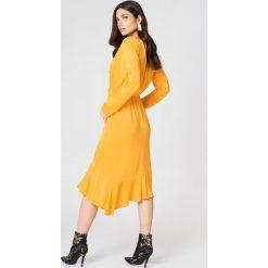 NA-KD Sukienka z długim rękawem i falbaną - Orange,Yellow. Pomarańczowe sukienki asymetryczne marki NA-KD, s, z wiskozy, z asymetrycznym kołnierzem, z długim rękawem. W wyprzedaży za 60,89 zł.