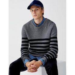 Sweter z guzikami i nadrukiem w paski. Czarne swetry klasyczne męskie marki Pull&Bear, m. Za 109,00 zł.