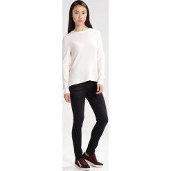 Someday. TRIONA Sweter milk. Białe swetry klasyczne damskie marki someday., z kaszmiru. W wyprzedaży za 377,40 zł.