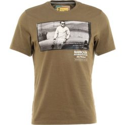 T-shirty męskie z nadrukiem: Barbour International™ RACING Tshirt z nadrukiem olive