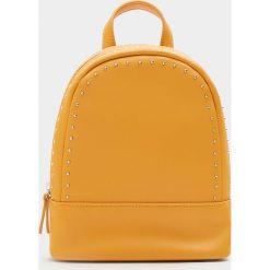 Mały plecak w musztardowym kolorze z ćwiekami. Brązowe plecaki damskie Pull&Bear. Za 79,90 zł.