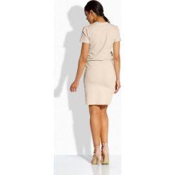 Elegancka sukienka z dekoltem v beżowy BETTE. Brązowe sukienki balowe marki Lemoniade, z klasycznym kołnierzykiem. Za 94,89 zł.
