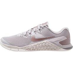 Nike Performance METCON 4 LM Obuwie treningowe atmosphere grey/smokey mauve/vast grey/gunsmoke. Szare buty sportowe damskie Nike Performance, z materiału. Za 549,00 zł.