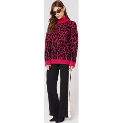 Swetry oversize damskie: NA-KD Trend Oversizowy sweter Leo – Pink,Multicolor