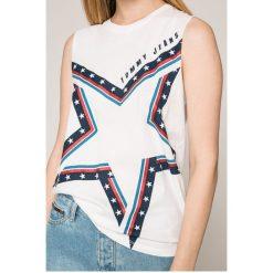 Tommy Jeans - Top. Szare topy damskie Tommy Jeans, l, z nadrukiem, z bawełny, z okrągłym kołnierzem. W wyprzedaży za 139,90 zł.