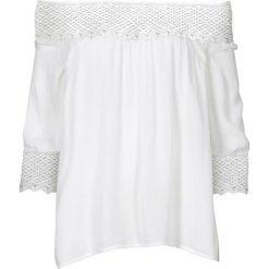 """Bluzka """"carmen"""" z szydełkową wstawką bonprix biel wełny. Białe bluzki asymetryczne bonprix, z wełny, z kołnierzem typu carmen. Za 79,99 zł."""