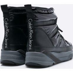 Calvin Klein Jeans - Śniegowce. Czarne buty zimowe damskie marki Calvin Klein Jeans, z jeansu, z okrągłym noskiem, na obcasie, na sznurówki. W wyprzedaży za 499,90 zł.