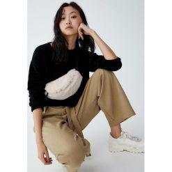 Krótki sweter ze sztucznego futerka. Czarne swetry klasyczne damskie Pull&Bear. Za 79,90 zł.