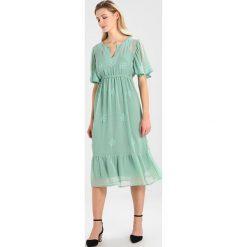 Cream LOOM DRESS Sukienka letnia field green. Zielone sukienki letnie marki Cream, z materiału. W wyprzedaży za 384,30 zł.