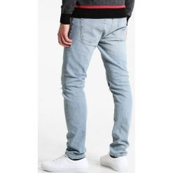 Abercrombie & Fitch SLIM LIGHT DESTROY  Jeansy Slim Fit light destroy. Szare jeansy męskie Abercrombie & Fitch. Za 409,00 zł.