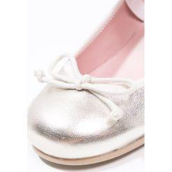 Pretty Ballerinas Baleriny z zapięciem ami tino. Czarne baleriny dziewczęce marki Pretty Ballerinas. W wyprzedaży za 195,60 zł.