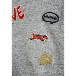 American Outfitters CNECK BADGES Bluza  heather oxford. Szare bluzy chłopięce marki American Outfitters, z bawełny. W wyprzedaży za 174,85 zł.