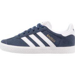 Adidas Originals GAZELLE Tenisówki i Trampki collegiate navy/footwear white. Niebieskie trampki chłopięce marki adidas Originals, z materiału. W wyprzedaży za 199,20 zł.