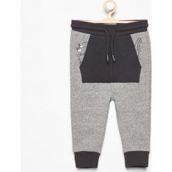 Spodnie dresowe z kieszenią kangurką - Szary. Szare chinosy chłopięce Reserved, z dresówki. W wyprzedaży za 24,99 zł.