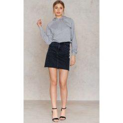 Bluzy rozpinane damskie: NA-KD Krótka bluza z kapturem Hardcore - Grey