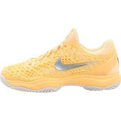Nike Performance AIR ZOOM CAGE 3 HC Obuwie multicourt tangerine tint/metallic silver. Brązowe buty do tenisu damskie marki N/A, w kolorowe wzory. W wyprzedaży za 411,75 zł.
