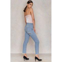 NA-KD Jeansy z wysokim stanem i rozdarciem z tyłu - Blue. Niebieskie jeansy damskie NA-KD, z bawełny. W wyprzedaży za 60,89 zł.