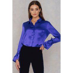 Rut&Circle Plisowana koszula Maci - Blue. Niebieskie koszule wiązane damskie Rut&Circle, z poliesteru, z długim rękawem. W wyprzedaży za 60,98 zł.