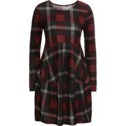 """Sukienka w kratę """"oversize"""" bonprix czarno-czerwony w kratę. Czarne sukienki z falbanami marki bonprix, oversize. Za 129,99 zł."""