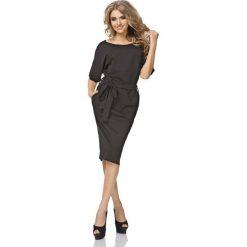 Czarna Sukienka Kimonowa Midi z Paskiem. Czarne sukienki balowe marki Molly.pl, do pracy, l, w paski, z materiału, z klasycznym kołnierzykiem, midi, oversize. Za 149,90 zł.