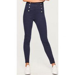 Spodnie z wysokim stanem - Granatowy. Białe spodnie z wysokim stanem marki Reserved, l, z dzianiny. W wyprzedaży za 39,99 zł.