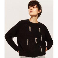 Sweter z ozdobnymi elemenatmi - Czarny. Czarne swetry klasyczne damskie marki KIPSTA, z poliesteru, do piłki nożnej. Za 89,99 zł.