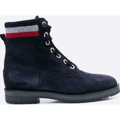 Tommy Hilfiger - Botki West. Czarne buty zimowe damskie marki TOMMY HILFIGER, z materiału, z okrągłym noskiem, na obcasie. W wyprzedaży za 339,90 zł.