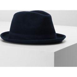 Menil TRENTO Kapelusz navy. Niebieskie kapelusze damskie Menil, z materiału. W wyprzedaży za 239,20 zł.