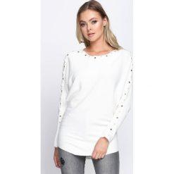 Kremowy Sweter New Time. Białe swetry klasyczne damskie Born2be, l, z dzianiny, z dekoltem w łódkę. Za 69,99 zł.