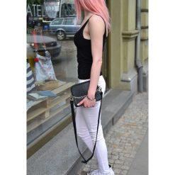 Skórzana torebka z łańcuchem na ramię. Czarne torebki klasyczne damskie marki Pakamera, w paski, ze skóry, małe. Za 175,00 zł.