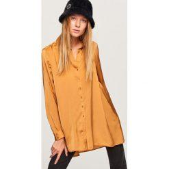 Długa koszula o satynowym połysku - Żółty. Żółte koszule damskie marki Reserved, z satyny, z długim rękawem. W wyprzedaży za 39,99 zł.
