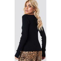 NA-KD Sweter basic w prążki - Black. Czarne swetry klasyczne damskie NA-KD, z dzianiny, dekolt w kształcie v. Za 161,95 zł.