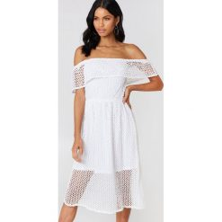 Rut&Circle Koronkowa sukienka z odkrytymi ramionami Li - White. Białe sukienki koronkowe marki Rut&Circle, z falbankami, midi, z odkrytymi ramionami. W wyprzedaży za 85,19 zł.
