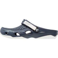 Crocs SWIFTWATER DECK Sandały kąpielowe navy/white. Niebieskie kąpielówki męskie marki Crocs, z gumy, z otwartym noskiem. W wyprzedaży za 127,20 zł.