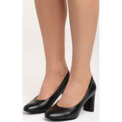 Czarne Czółenka Comfy-Looking. Czarne buty ślubne damskie Born2be, ze skóry, z okrągłym noskiem, na obcasie. Za 59,99 zł.
