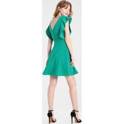 Sukienki hiszpanki: WAL G. PLUNGE NECKLINE WITH FLUTTER SLEEVES DRESS Sukienka koktajlowa bottle green